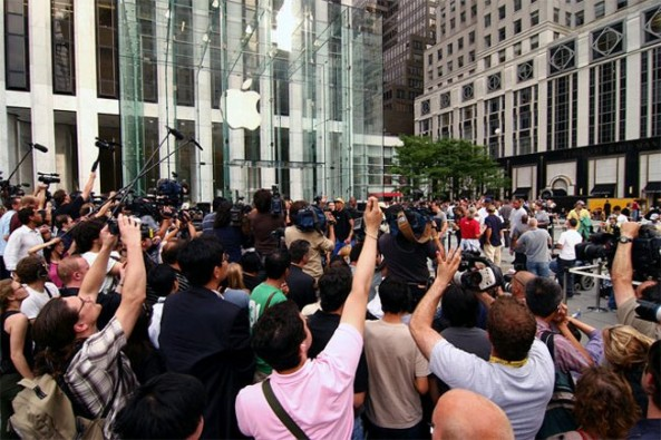 media-in-front-of-Apple-store