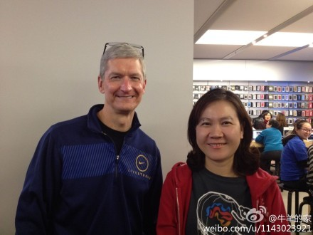 Tim Cook with fan at Joy store in Beijing