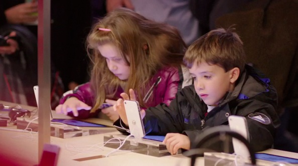 Apple event 201203 (iPad 3 introduction, Apple Store video, boy and girl interacting with iPhone 001)