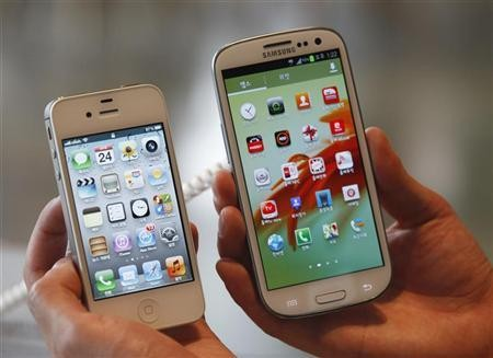 iPhone 4S and Galaxy S III in hand