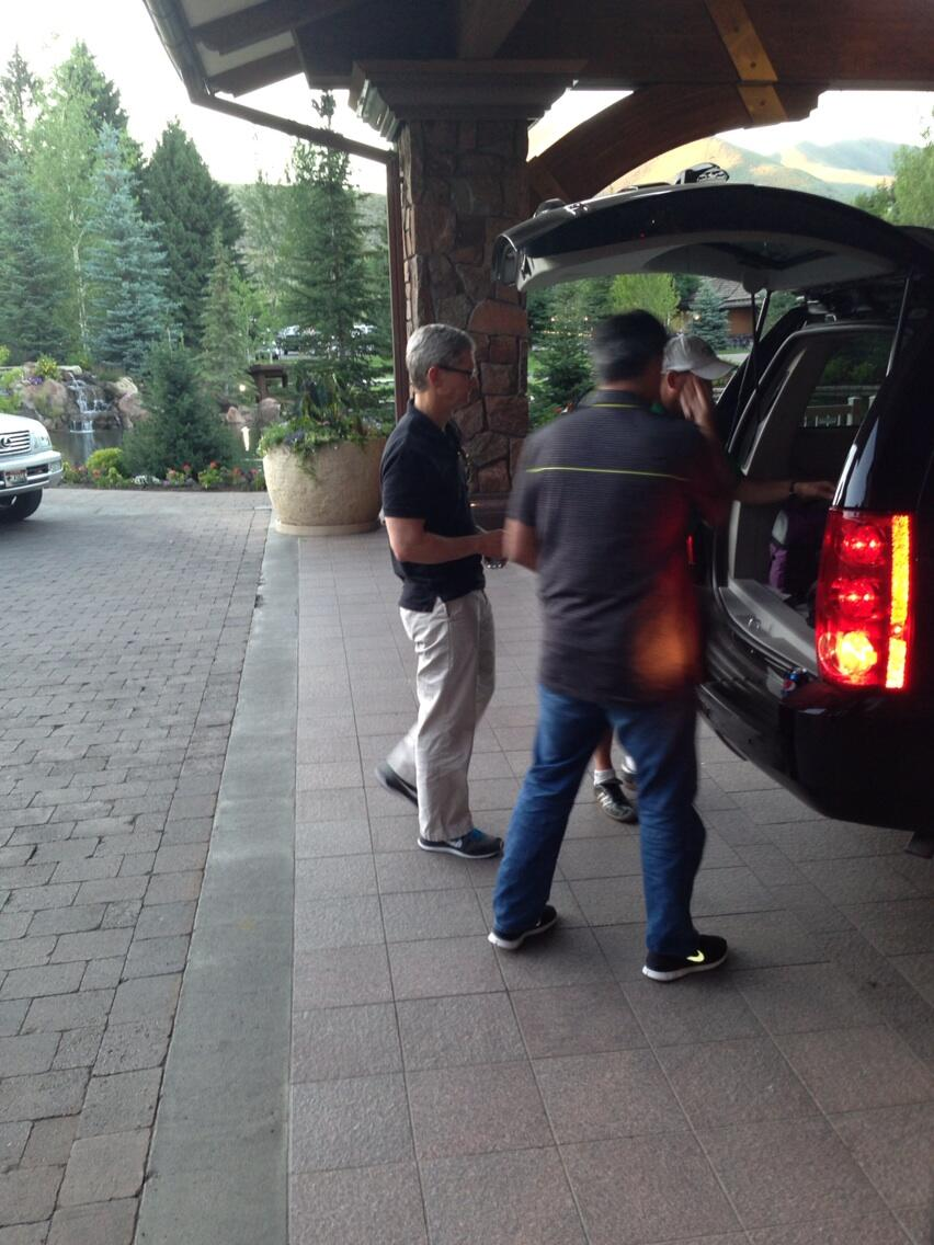 Tim Cook and Eddy Cue arrive at Sun Valley (Jon Erlichman 001)