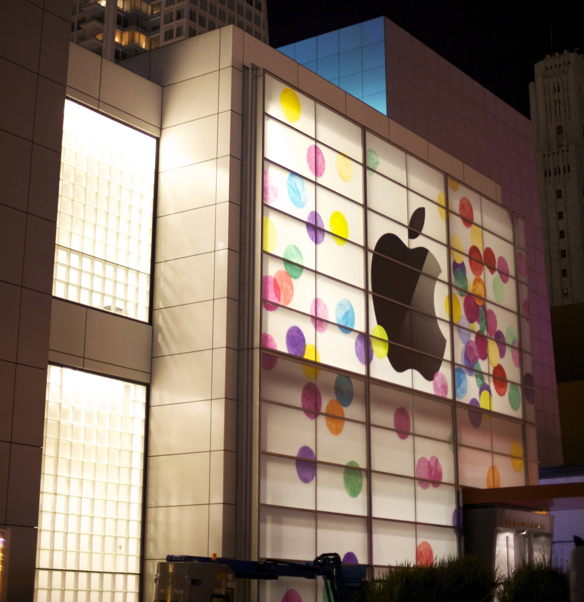 2011 iPad keynote (yerba Buena building, Wikipedia 001)