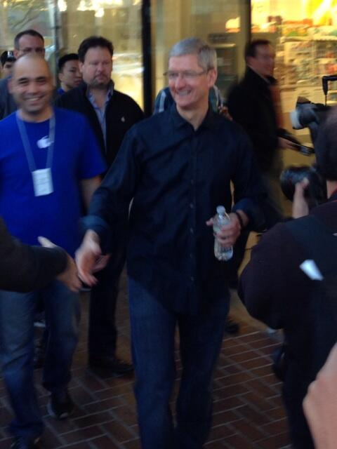 Tim Cook at Palo Alto store 001