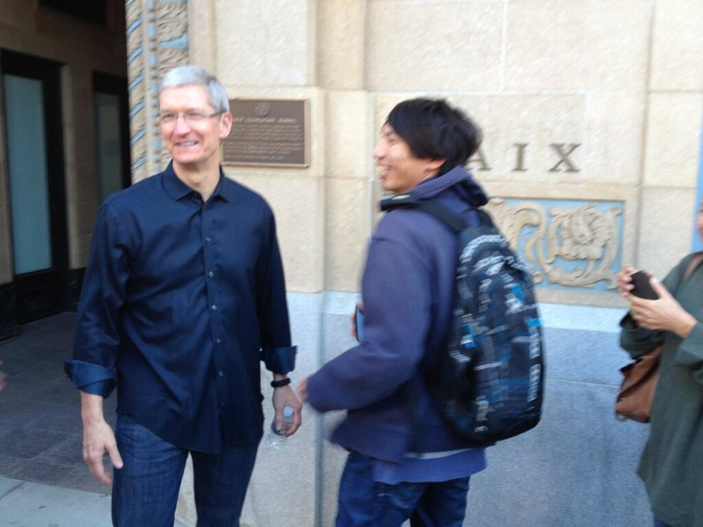 Tim Cook at Palo Alto store 002
