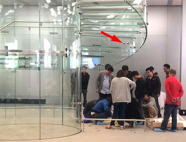 Apple store (Shaghao iapm, galss staircase broken)