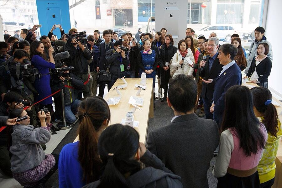 Tim Cook (China Mobile launch, Beijing store)