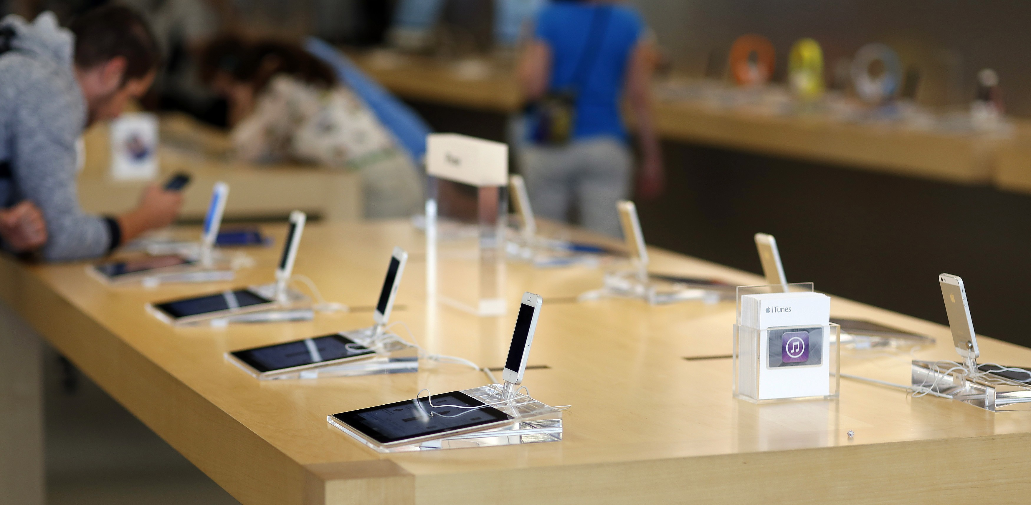 iphone apple store us apple stores to begin offering prepaid and month to 4659