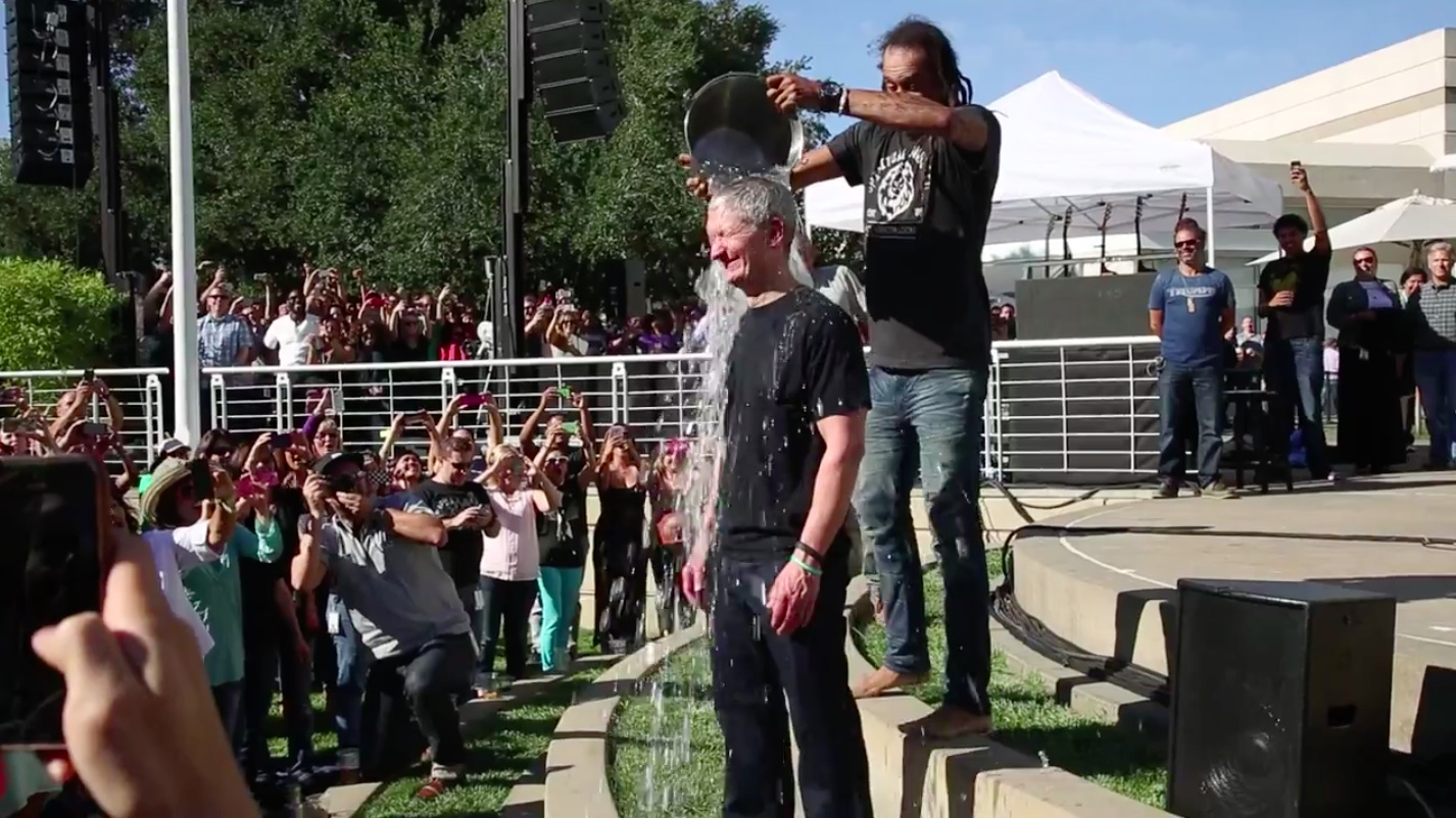 Tim Cook (Ice Bucket Challenge 001)