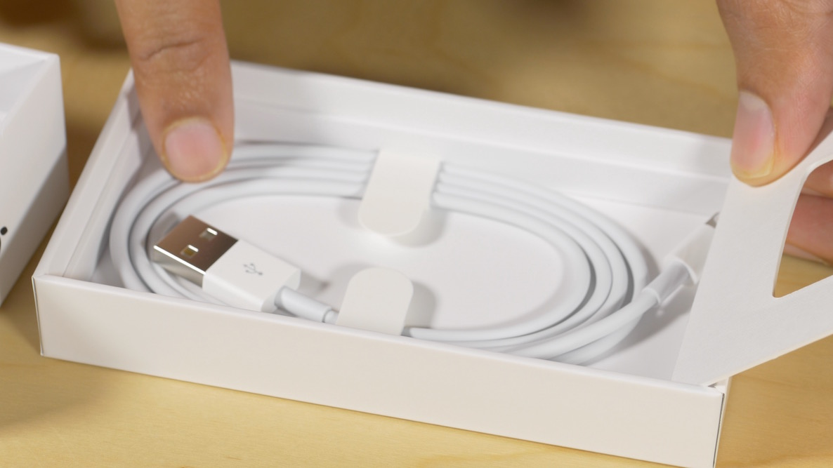 Magic Mouse 2 Lightning Cable Unboxing 2