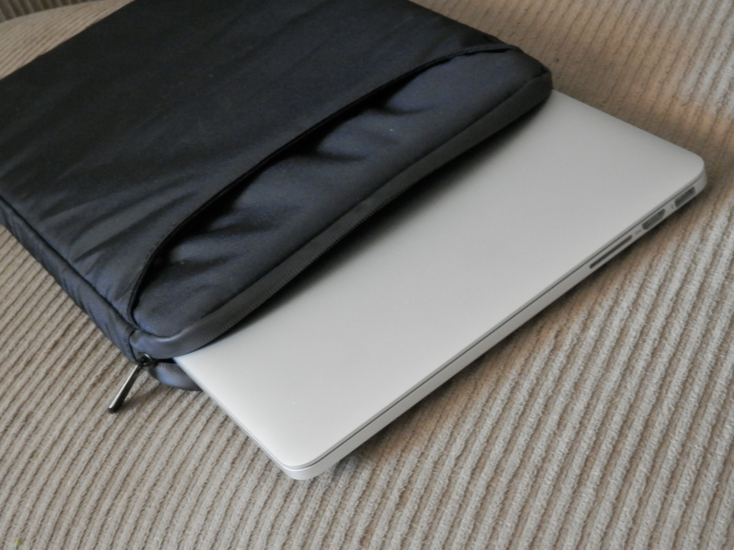 incipio-asher-macbook-pro-sleeve-containing-macbook-pro