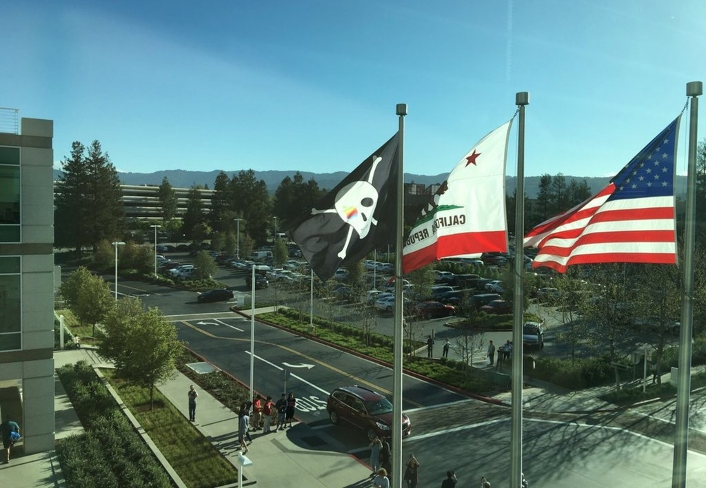 Pirate flag at 1 Infinite Loop on Apple 40th anniversary image 001