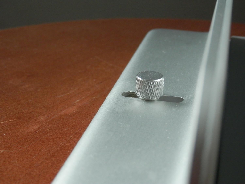 iQunix MacBook Stand Review adjustment knob