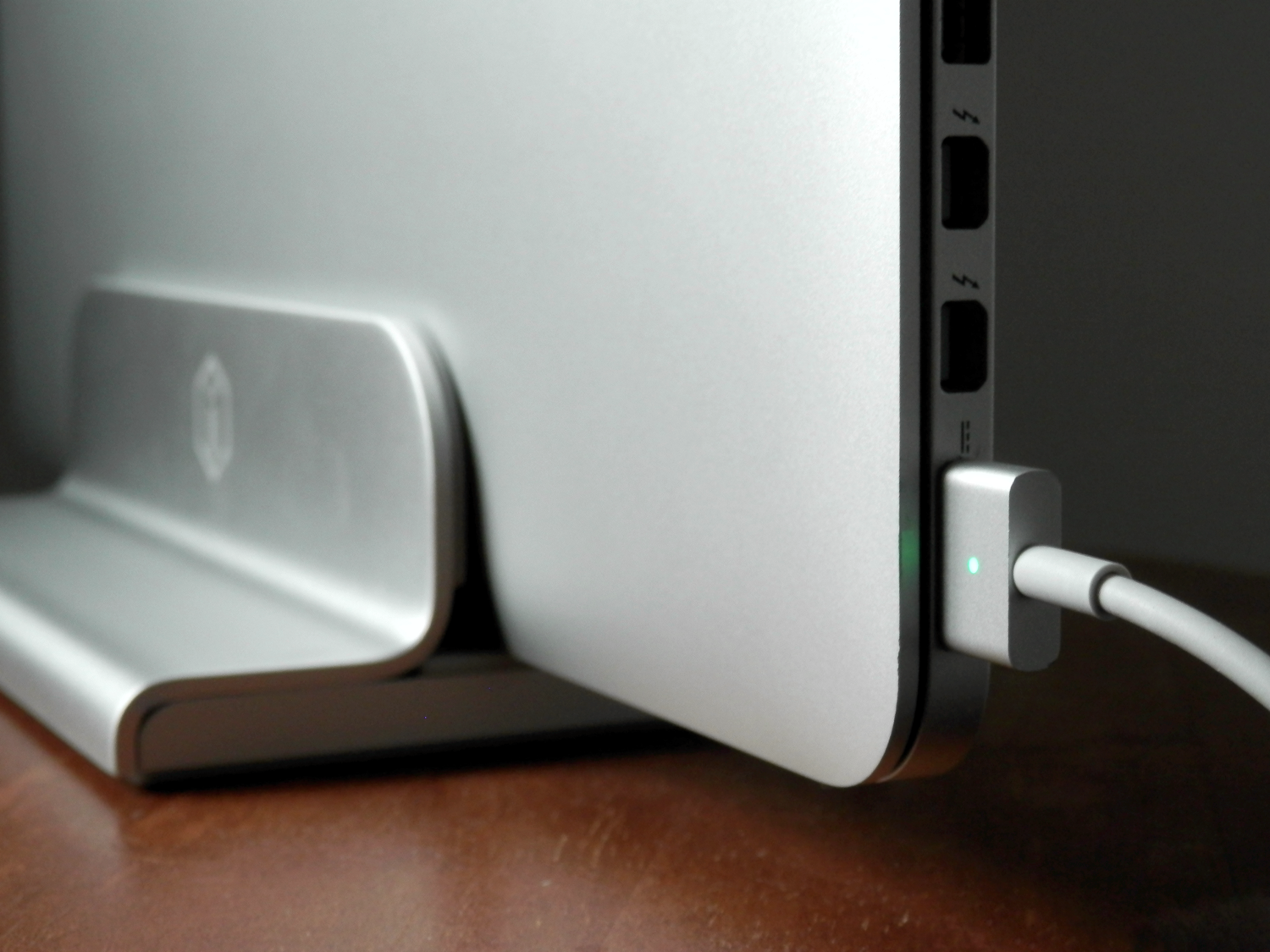 iQunix MacBook Stand Review magsafe