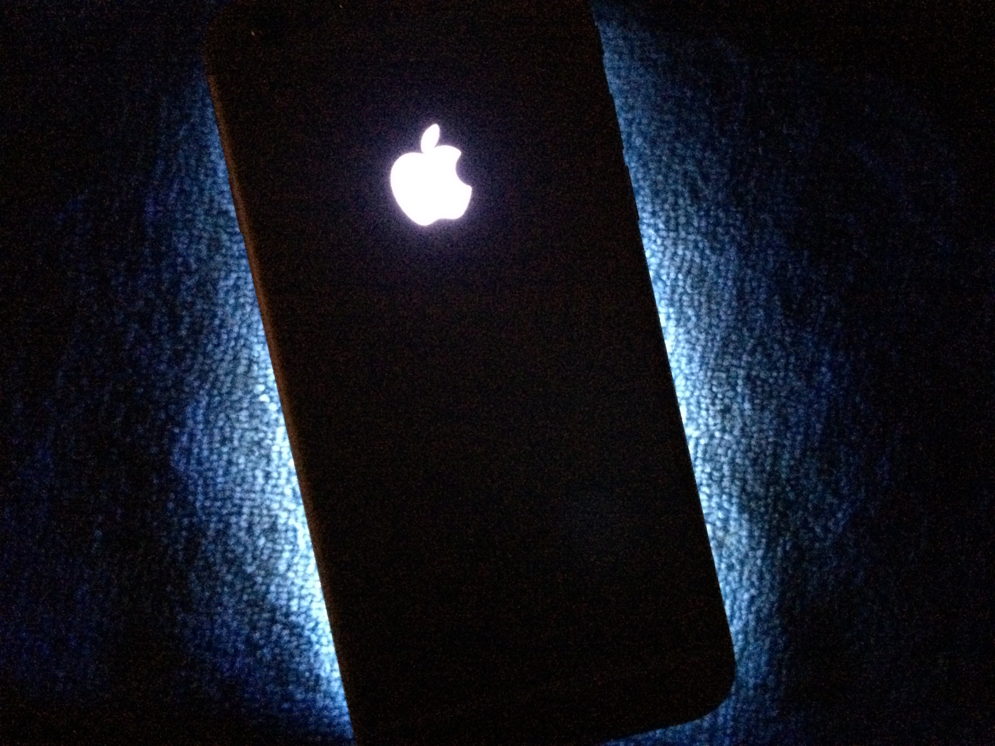 TheUnlockr Glowing Apple logo mod iDownloadblog 11