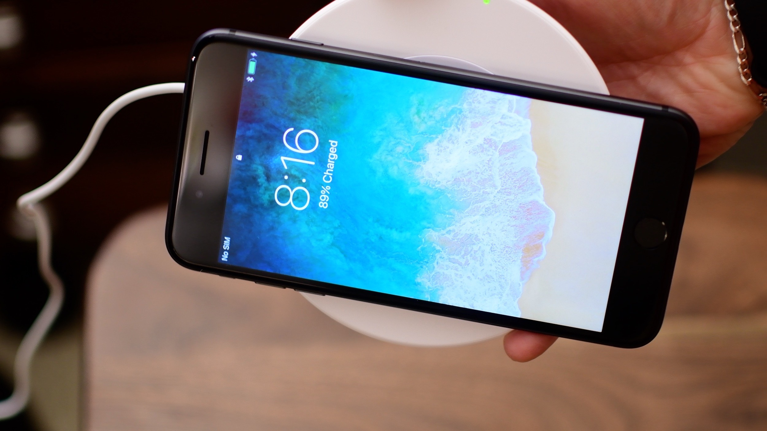 pretty nice cc019 a1456 Video: Hands on with the Belkin BOOST UP Qi wireless charger