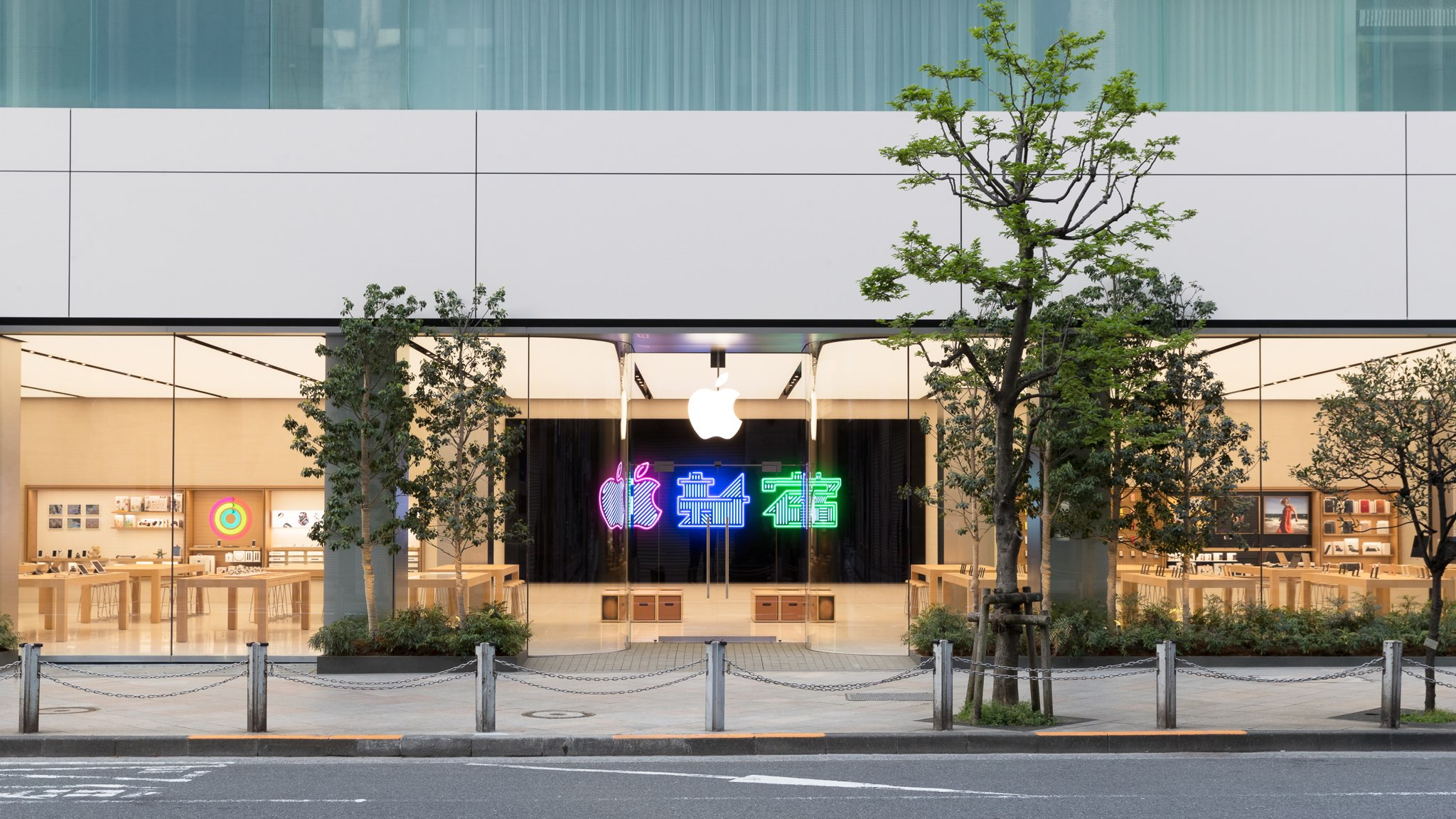 Like Other Major Stores Apple Opened Or Renovated In The Past Two Years,  Apple Shinjuku Features Sequoia Wood Tables And Shelves, Wooden Cabinets  For ...