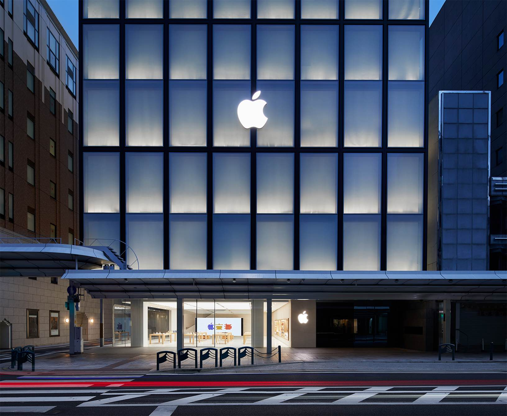 Apple's first store in Japan's Kytoo is located on the Shijō Dori street