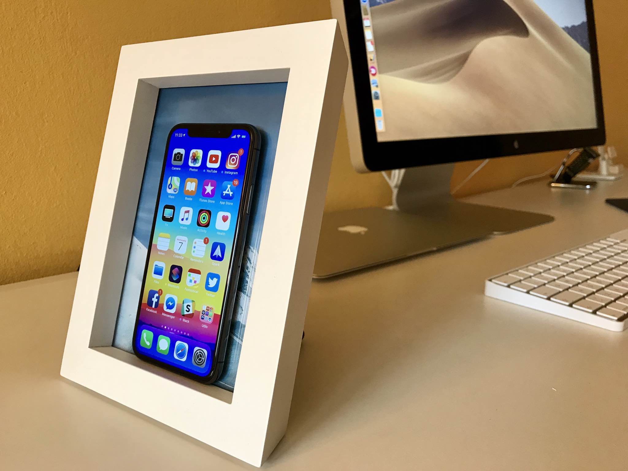 review twelve south powerpic a 5 7 picture frame that wirelessly charges your iphone. Black Bedroom Furniture Sets. Home Design Ideas