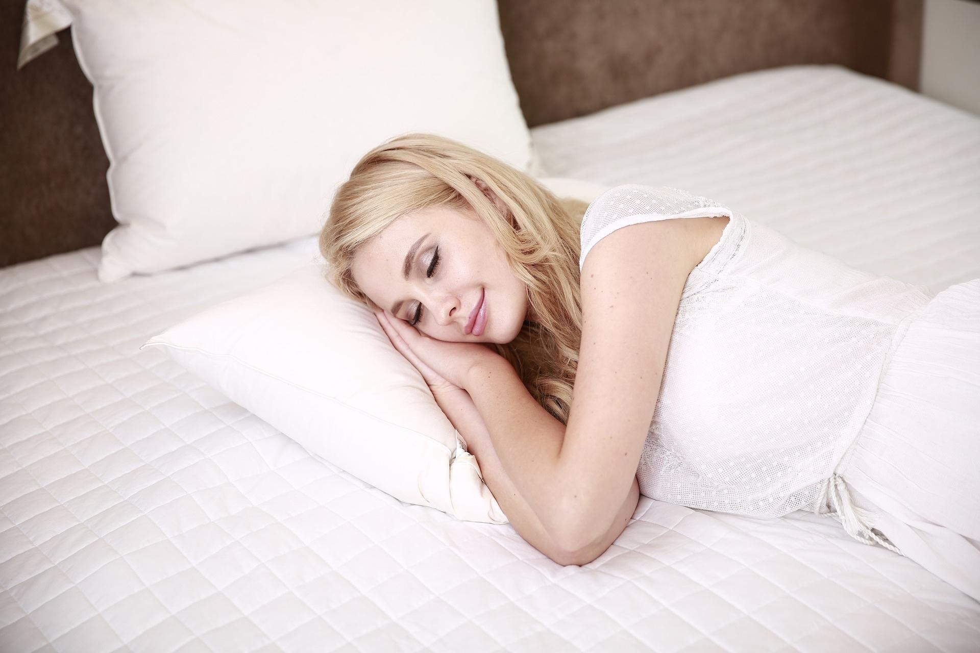 Mujer durmiendo - las mejores aplicaciones para ayudarte a conciliar el sueño